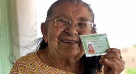 Com 111 anos, Maria Severina, uma das pessoas mais idosas do estado de Pernambuco, recebeu a identidade