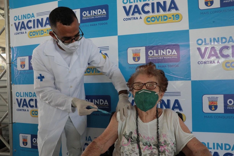 Olinda amplia horário de dois pontos de vacinação contra covid-19