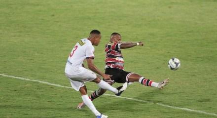 Lance do jogo entre os times do Santa Cruz (PE) e Itabaiana (SE) válido pela eliminatória da copa do Nordeste. Jogo realizado no estádio do Arruda no Recife. FOTO: ALEXANDRE GONDIM/JC IMAGEM