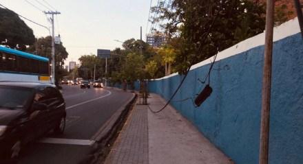 Fios pendurados na Avenida Rui Barbosa