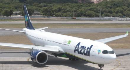 Descarga de carga em avião da Azul no Aeroporto dos Guararapes