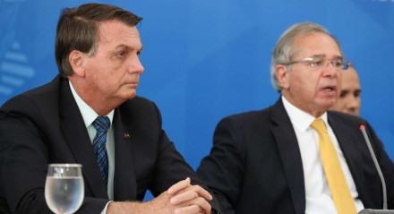 Bolsonaro ao lado do ministro da Economia Paulo Guedes em coletiva de imprensa