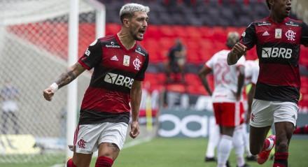 Flamengo venceu o Internacional e assumiu a liderança do Campeonato Brasileiro