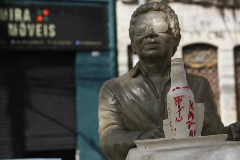 Estátua de Reginaldo Rossi no Recife é alvo de vandalismo menos de 20 dias após inauguração; veja fotos