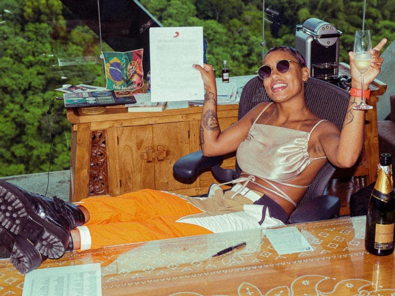MC Rebecca assina contrato com a Sony Music