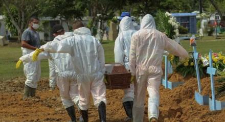 Neste arquivo, foto tirada em 22 de janeiro de 2021, coveiros carregam o caixão de uma vítima do COVID-19 no cemitério Nossa Senhora Aparecida em Manaus, estado do Amazonas, Brasil, em meio à nova pandemia de coronavírus. Brasil superou dez milhões de casos de COVID-19 em 18 de fevereiro de 2021
