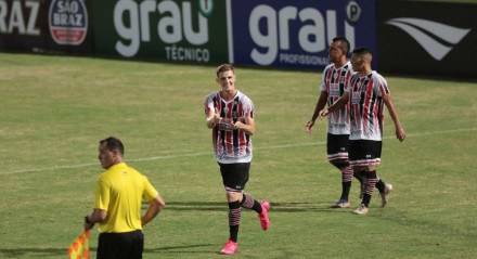 Lance do jogo entre os times do Santa Cruz e Vitória válido pelo campeonato pernambucano de futebol 2021. Jogo realizado no estádio do Arruda no Recife. FOTO: ALEXANDRE GONDIM/JC IMAGEM