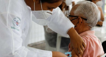 26.02.21 - COVID-19 - Vacinação para idosos com 78 anos no Compaz do Cordeiro.