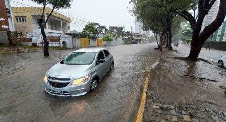 Carro quebrado na rua Otton Paraíso, Torreão, Zona Norte do Recife