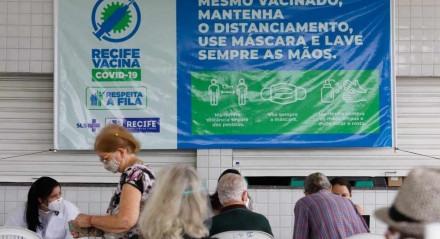 Início da vacinação contra a covid-19 para pessoas com 78 anos ou mais no Compaz Ariano Suassuna, no Cordeiro, Zona Oeste do Recife
