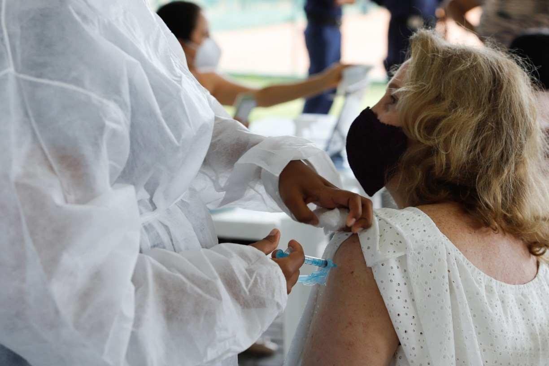 Número de vacinados no Recife supera o total de casos confirmados para a covid-19