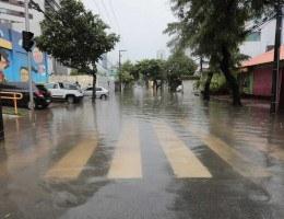 A segunda-feira (1) amanheceu com fortes chuvas no Recife e Região Metropolitana.