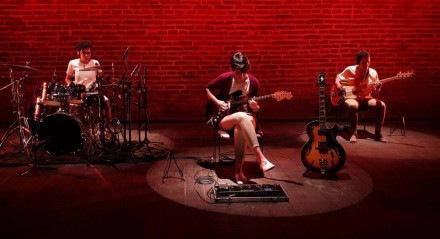 Lígia Fernandes, a percussionista e produtora musical Bárbara Moraes e a baixista Erlani Silva compõem o trio