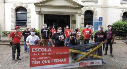 Ato simbólico acontece em frente à Secretaria Estadual de Educação, no bairro da Várzea, Zona Oeste do Recife