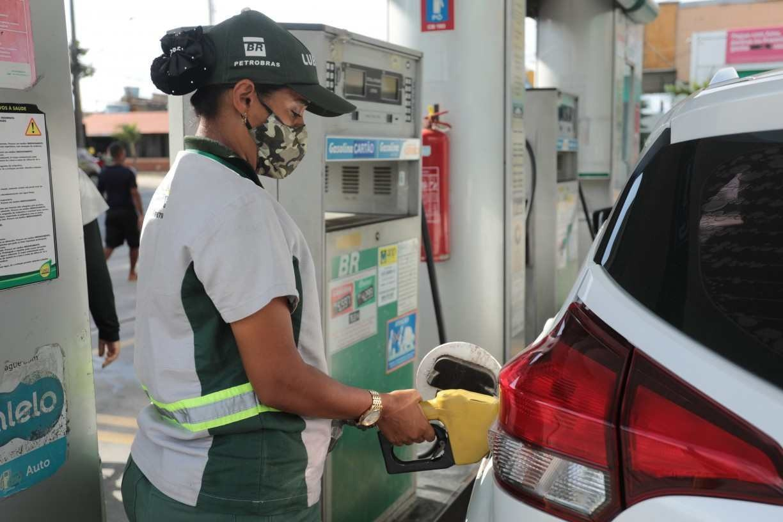 Preço da gasolina não sobe para pernambucanos, mesmo após alta da Petrobras; entenda