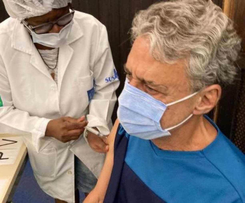 Chico Buarque é vacinado contra covid-19 e celebra: 'Viva o SUS!'