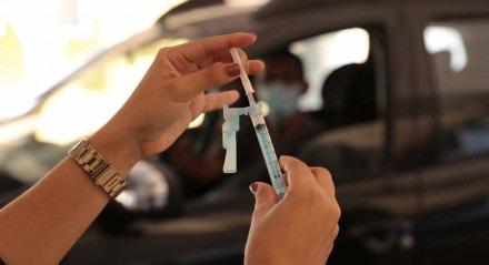 Recife amplia vacinação contra a Covid-19 para idosos a partir dos 70 anos. Agendamento para a imunização deste público pode ser feito a partir das 18h desta sexta-feira (12)
