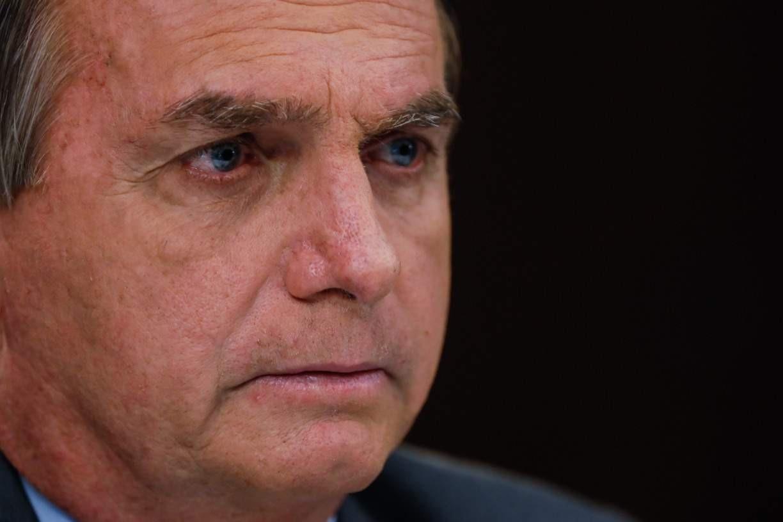 O presidente Bolsonaro não consegue resolver a pandemia e cria a crise dos militares