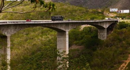 Palavras-chave: Estrada - Rodovia - Carro - Caminhão - Buraco - Asfalto - Recapeamento ## Personagens: