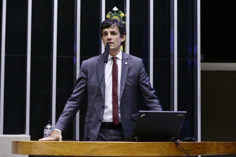 'Pode levar esses dois santinhos para longe de mim', diz Daniel Coelho sobre Renan Calheiros e Flávio Bolsonaro
