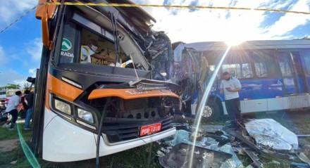 Acidente entre dois ônibus aconteceu no bairro de Cidade Tabajara, em Olinda, Grande Recife