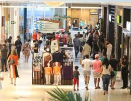 Movimentação de no Shopping RioMar. Com o fim das restrições impostas pelo Governo do Estado de Pernambuco para conter a velocidade de contaminação pelo coronavírus, o comércio voltou a reabrir as portas para o publico.