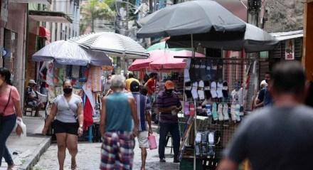 Movimentação no Centro do Recife no primeiro dia de flexibilização da quarentena no Grande Recife