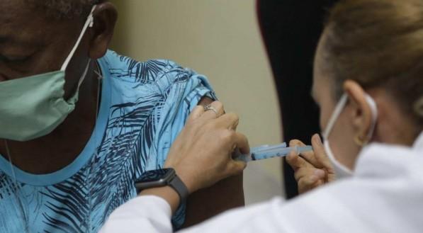 Vacina contra a covid-19 sendo aplicada no Recife