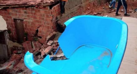 Excesso de chuvas na madrugada deste sábado provocou rompimento da piscina e o deslizamento de terra sobre a casa vizinha