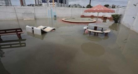 Devido às chuvas, a segunda-feira (12) começou com alagamentos e mais problemas em Olinda.