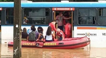 Equipes do Corpo de Bombeiros fazem resgate de 38 passageiros que estavam dentro de um ônibus que fazia a linha Alto Dois Carneiros