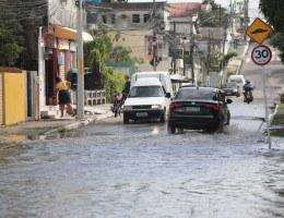 Devido às chuvas, a terça-feira (13) começou com alagamentos e mais problemas no Grande Recife.