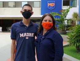 O aluno Guilherme Bukhardt e a diretora Socorro Oliveira comemoram a tão sonhada aprovação na universidade