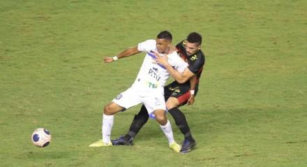 Lances do jogo entre os times do Sport e Vitória válido pela Campeonato Pernambucano 2021. Jogo realizado no estádio do da Ilha do Retiro no Recife. FOTO: ALEXANDRE GONDIM/JC IMAGEM