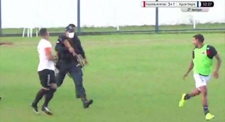 Policial apontou arma para jogador