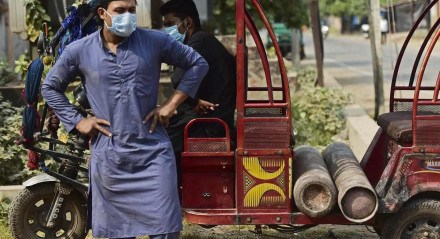 Um homem espera para reabastecer um cilindro de oxigênio medicinal para um membro da família infectado com o coronavírus Covid-19 em uma fábrica em Allahabad em 17 de abril de 2021
