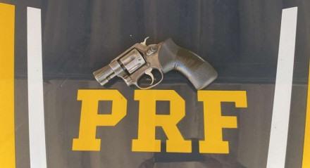 Arma identificada pela PRF estava no capô do carro