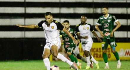 Mikael soltou o pé cobrando o pênalti e marcando o segundo gol do Leão.