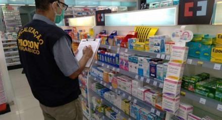 Medicamentos têm preço máximo tabelado pelo governo, o que não impede as distorções