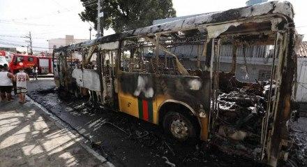 Ônibus pega fogo no UR6, Ibura, Zona Sul do Recife