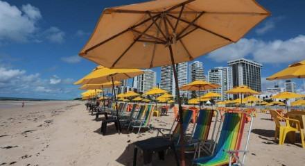 Protesto de ambulantes e barraqueiros na Praia de Boa Viagem, Zona Sul do Recife. FLEXIBILIZAÇÃO. Comércio de praia tem retomada tímida e protesto nesta segunda-feira (26) na Zona Sul do Recife.