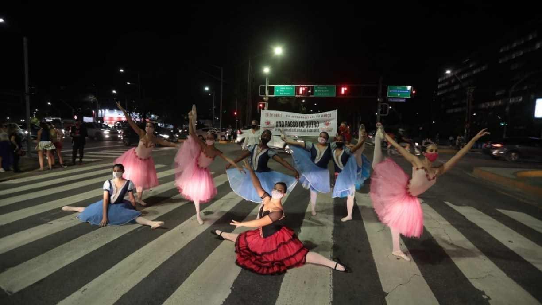 No Dia da Dança, bailarinos se apresentam em avenida do Recife para lançar ação de arrecadação de alimentos