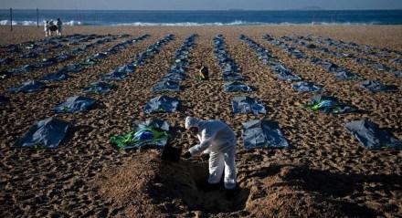 Protesto em Copacabana após o Brasil registrar 400 mil mortes por covid-19
