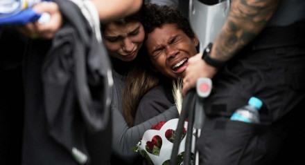 Parentes choram morte de seus entes queridos no Jacarezinho
