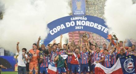 Delegação do Bahia levanta taça de campeão da Copa do Nordeste