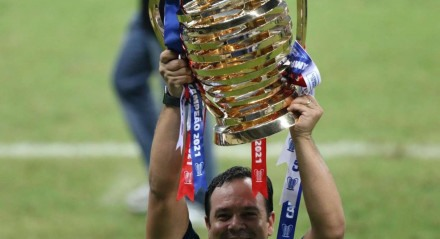 O técnico Dado Cavalcanti comemora  após partida entre Ceará e Bahia