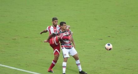 Lance do jogo de futebol entre os times do Náutico e Santa Cruz válido pela semi final do Campeonato Pernambucano de Futebol 2021. Partida realizada na Arena de Pernambuco, em São Lourenço da Mata (PE).