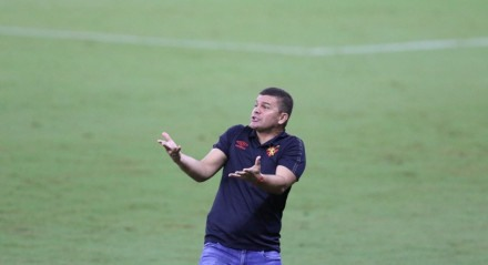 Umberto Lozer, Técnico do Sport. Lances do jogo de futebol Sport X Salgueiro, válido pelas semi finais do Campeonato Pernambucano, na Arena Pernambuco.