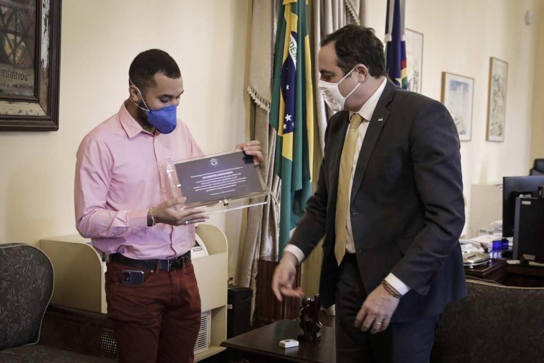 Gil do Vigor recebe homenagem do governador de Pernambuco