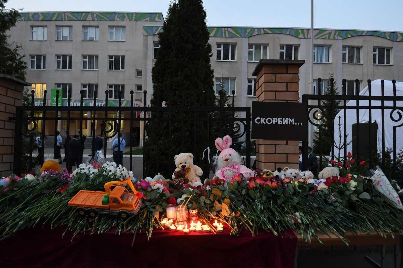 Luto e debate sobre porte de armas na Rússia após massacre em escola